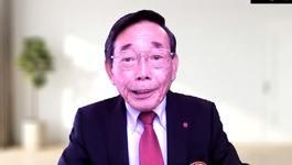 閉会の辞を述べる大学同窓会の丸谷副会長