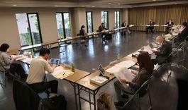 平生記念館では理事の間隔を空け、換気をしながら協議