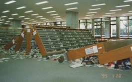 完全にひっくり返ってしまった図書館の本棚