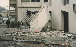 落下した2号館7階のスロープの擁壁