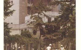 1号館前のテニスコート(1973年当時)